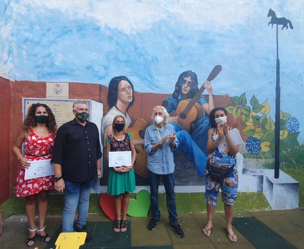 Nito junto a los artistas que trabajaron en el mural.