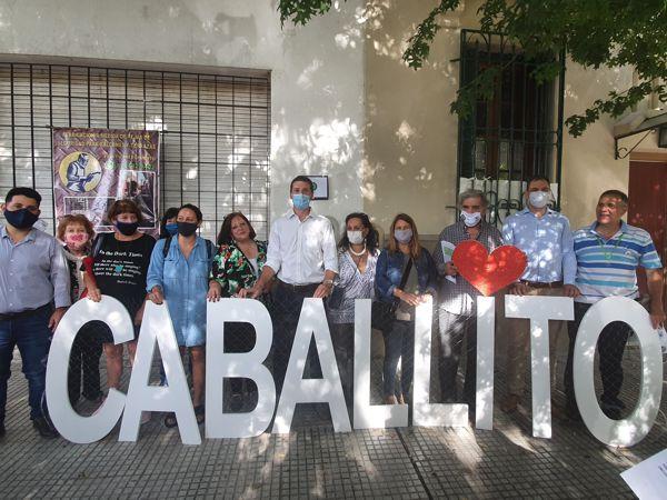 Vecinos y autoridades en el frente de la casa de Martín de Gainza 635