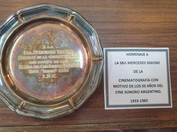 Fotos, premios, objetos personales, documentación y ropa de Mercedes Simone en la muestra.
