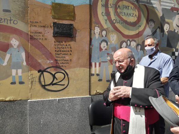 Monseñor Antonio Aloisio bendijo la placa.