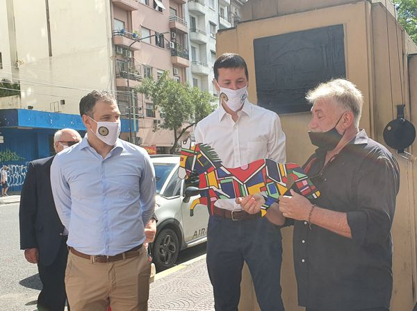 Darío Klehr entrega una veleta a Federico Ballán