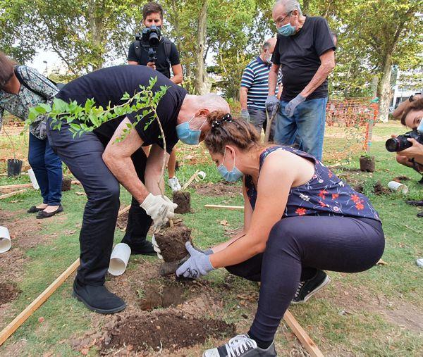 Rodríguez Larreta plantando su arbolito, con la colaboración de Belén, paisajista de la Comuna.