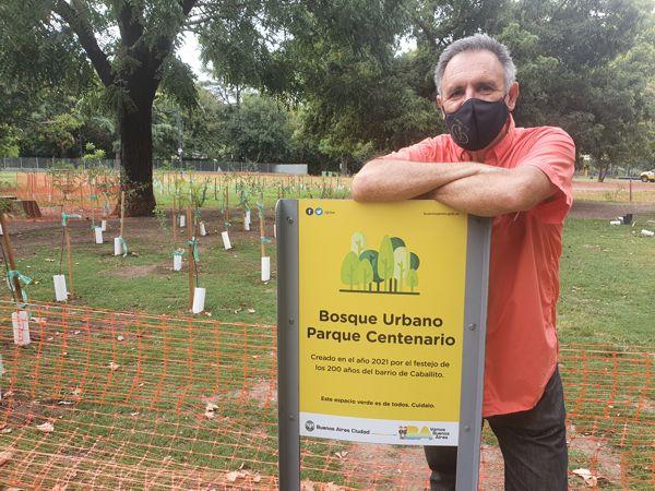 """Sergio Mosquera, de La Cofradía de Caballito, autor del Proyecto """"200 años 200 árboles, 200 vecinos""""."""