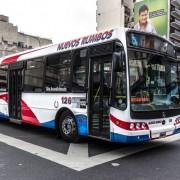 Colectivo de la Línea 132, interno 126, carrocería Nuovobus, chasis Mercedez-Benz OH 1718L-SB, matrícula LLY725. Buenos Aires, Argentina.